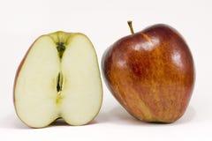 Een rijpe rode appel en halve appel Stock Afbeeldingen