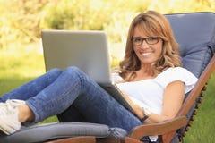 Een rijpe vrouw die thuis werken Royalty-vrije Stock Afbeelding