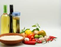 Rijst, tafelolie en groenten, die op witte achtergrond wordt geïsoleerdt Stock Foto