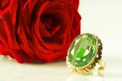 Een ring met een saffier op een achtergrond van een rood nam toe royalty-vrije stock afbeeldingen