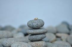 Een Ring op een Steen Stock Afbeelding
