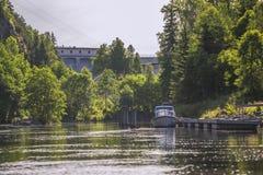 In een rivier bij overzees vijf, elektrische centrales en sluisdeuren Royalty-vrije Stock Afbeelding