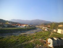 Een rivier binnen in Shkodra stock foto's