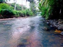 Een rivier de waarvan waterstromen ontruimen stock afbeeldingen