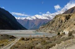 Een rivier dichtbij Larjung-dorp op de Annapurna-Kring, Nepal Met de Dhaulagiri-Waaier op de achtergrond november royalty-vrije stock foto