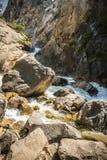 Een rivier die door bergen vloeien Stock Afbeeldingen