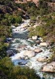 Een rivier die door bergen vloeien Stock Afbeelding