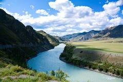 Een rivier die tussen bergen stroomt Stock Fotografie