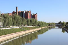een rivier en storied de bouw Stock Fotografie
