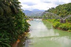 EEN RIVIER IN HET WESTEN SUMATRA, INDONESIË stock afbeelding