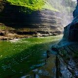 Een rivier loopt door stock afbeeldingen