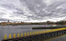 Een rivier middenstreep met uiterst kleine gele pinguïnen tegen een mooie landschapsachtergrond Stock Afbeeldingen