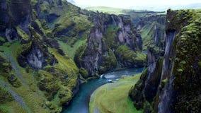 Een rivier onder rotsen en bossen stock foto
