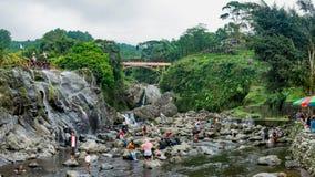 Een rivier op een helling van een berg Stock Afbeeldingen