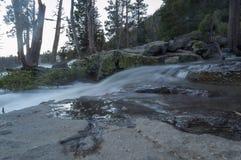 Een rivier stroomt over rotsen royalty-vrije stock foto