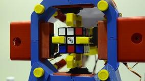 Een robot die de rubik` s kubus manipuleren en kan oplossen stock footage