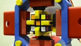 Een robot die de rubik` s kubus manipuleren en kan oplossen stock videobeelden