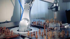 Een robot en een mens vangen elkaar de schaakstukken van ` s terwijl het spelen
