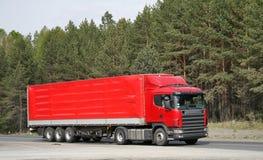 Een rode aanhangwagenvrachtwagen Royalty-vrije Stock Foto