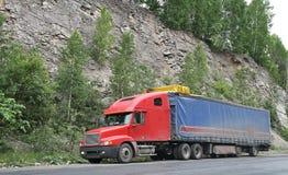 Een rode aanhangwagenvrachtwagen Royalty-vrije Stock Afbeelding