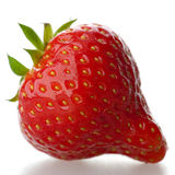 Een rode aardbei, die op een witte achtergrond wordt geïsoleerde. Stock Afbeeldingen