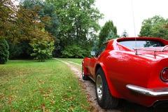 Een rode Amerikaanse auto. royalty-vrije stock afbeeldingen