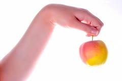 Een rode appel in één hand van een meisje Royalty-vrije Stock Foto's