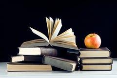Een rode appel op boeken Stock Afbeelding