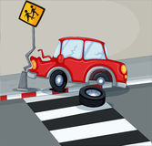 Een rode auto die signage stoten dichtbij de voetsteeg Stock Foto's