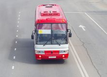 Een rode buslooppas langs de weg royalty-vrije stock fotografie