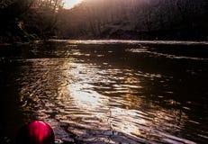 Een rode die Kerstmissnuisterij in een rivier door hout wordt omringd royalty-vrije stock foto