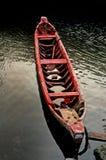 Een rode eenzame kano wordt geparkeerd in zeehaven Djakarta Royalty-vrije Stock Foto