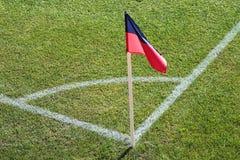 Een rode en blauwe vlag bij één hoek van voetbalstadion royalty-vrije stock fotografie