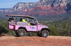 Een Rode Jeep van de Rotsenreis, Sedona in de Afstand Stock Foto's