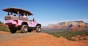 Een Rode Jeep van de Rotsenreis, Sedona in de Afstand Stock Afbeelding