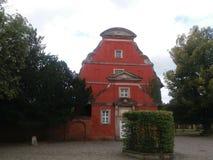 Een rode kerk buildt in barokke stijl Stock Foto