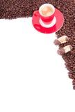 Een rode kop en een schotel met koffie Stock Foto