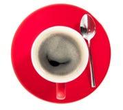 Een rode kop van koffie op een schotel Stock Afbeelding