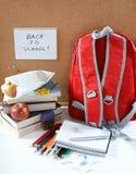 Een rode schoolrugzak royalty-vrije stock afbeeldingen