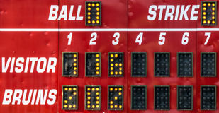 Een rode scoreraad bij een softballspel Stock Fotografie