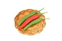 Een rode Spaanse peper tussen twee groene degenen Royalty-vrije Stock Foto