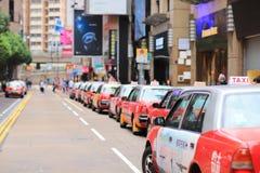 een rode taxi die bij de doopvont van Times Square wacht Stock Fotografie