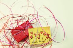 Een rode verrassing en gele kleverige nota's Stock Foto