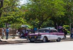 Een rode witte klassieke auto in Cuba Stock Afbeelding