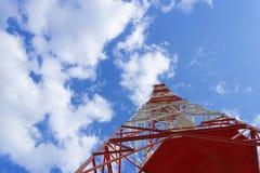 Een rode witte telecommunicatietoren stock foto