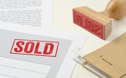 Een rode zegel op een Verkocht document - stock foto