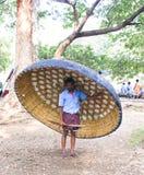Een roeispaanmens met zijn coracle op zijn rug Royalty-vrije Stock Foto