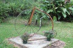 Een roestende bal 1800 die fiets met twee wielen busting stock afbeeldingen
