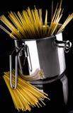 Een roestvrije pot met spaghetti Stock Afbeeldingen