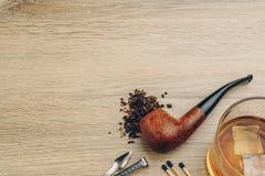 Een rokende pijp met tabak stock fotografie